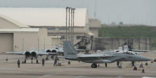 滑走路逸脱のP-1哨戒機、原因究明と再発防止急げ